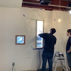プロジェクト終了まで残り8日。コージー店の店内換気改善の小窓を設置しました。
